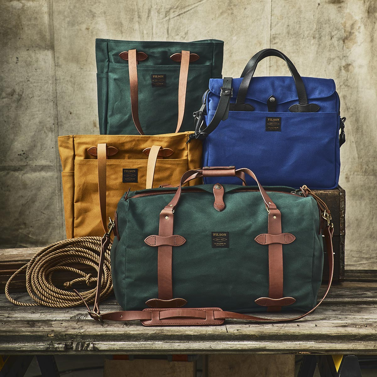 Filson Duffle Medium Chessie Tan, perfect for a weekend away or a small business-trip