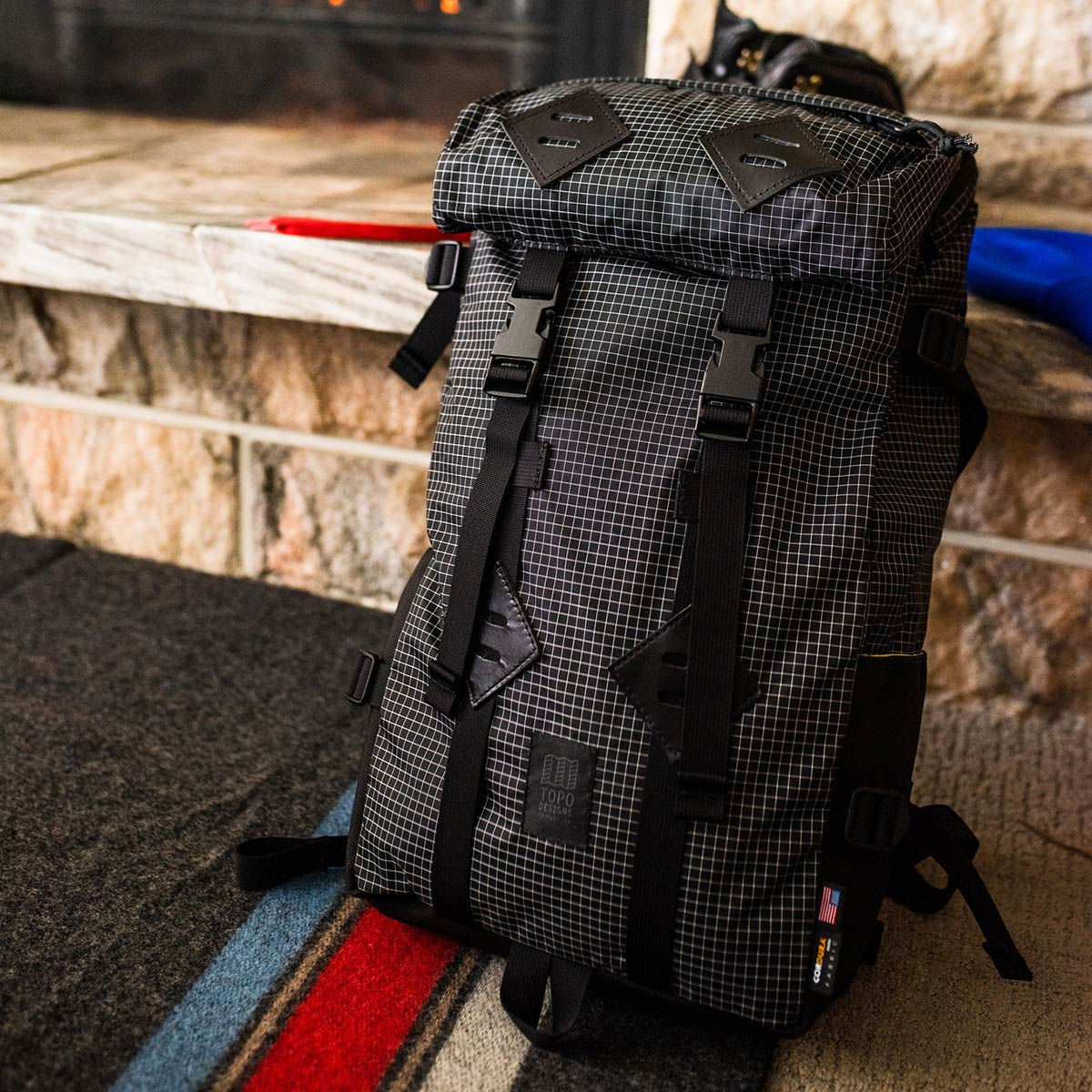 Topo Designs Klettersack Black/White Ripstop at the fireplace