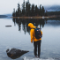 Topo Designs Klettersack Navy lifestyle man at the lake