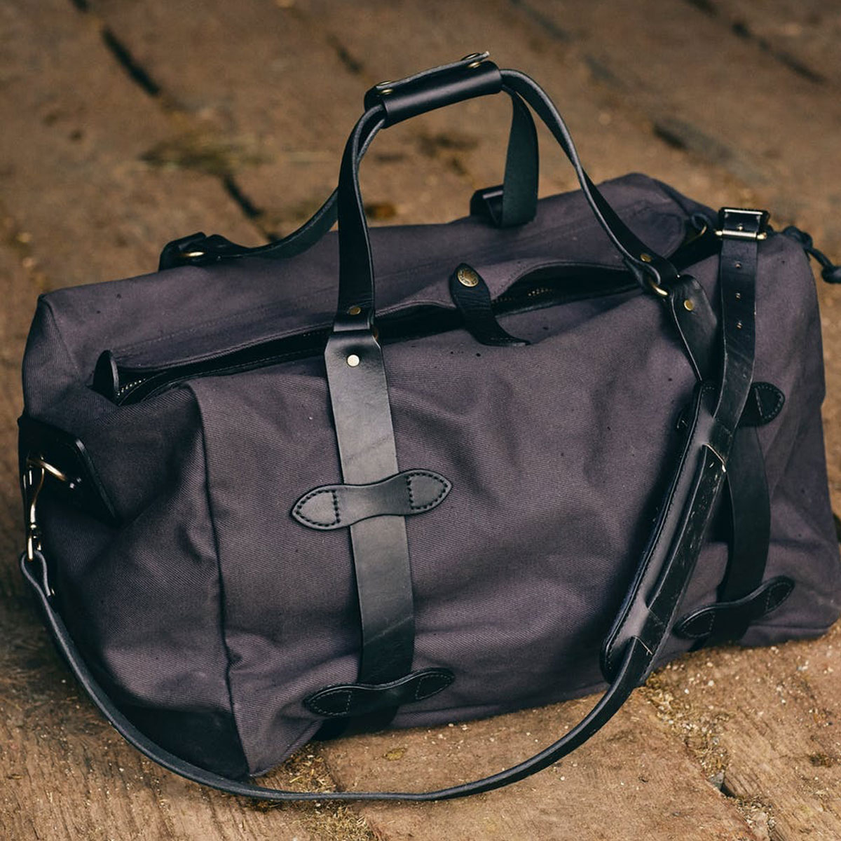Filson Duffle Medium Cinder, perfect for a weekend away or a small business-trip