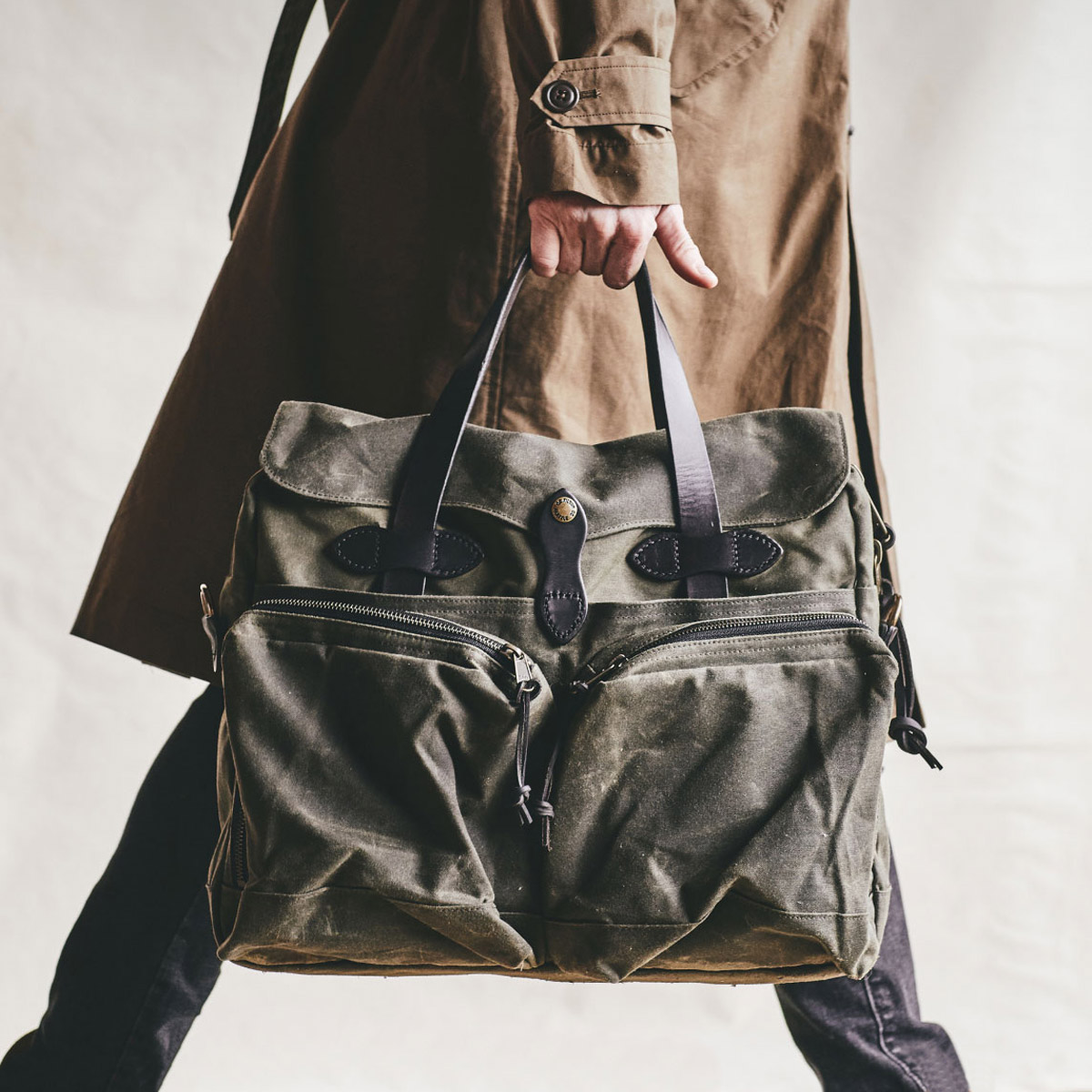 Filson-24-Hour-Briefcase-Ottergreen Lifestyle-on-the-road