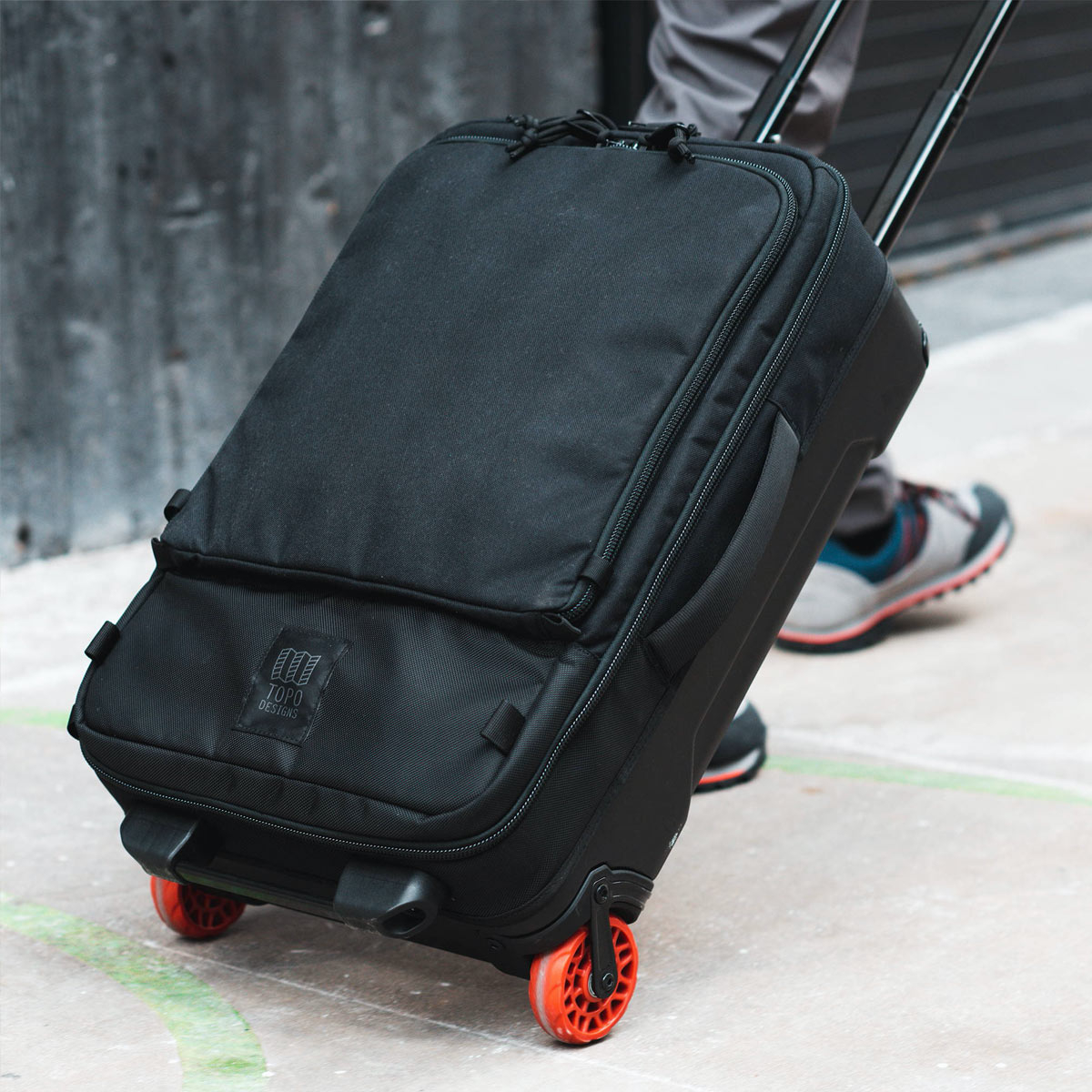 Topo Designs Travel Bag Roller Navy, carry-on friendly size and the 3-way carry ensures a smooth trip