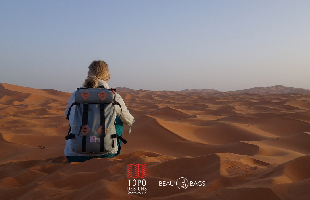 Topo Designs Klettersack Charcoal Lifestyle in the dessert